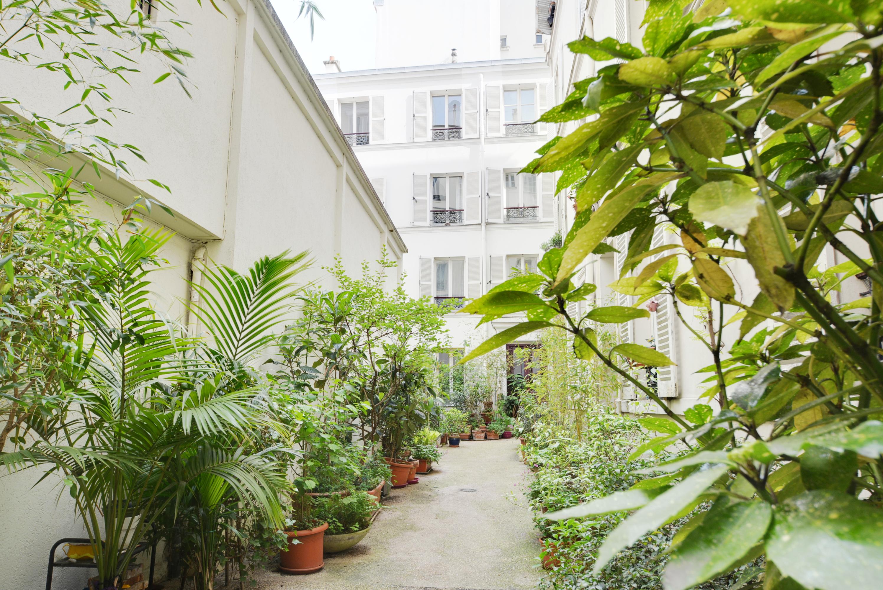 Charmant deux-pièces de 35 m2 au dernier étage d'une cour arborée, Paris 18ème