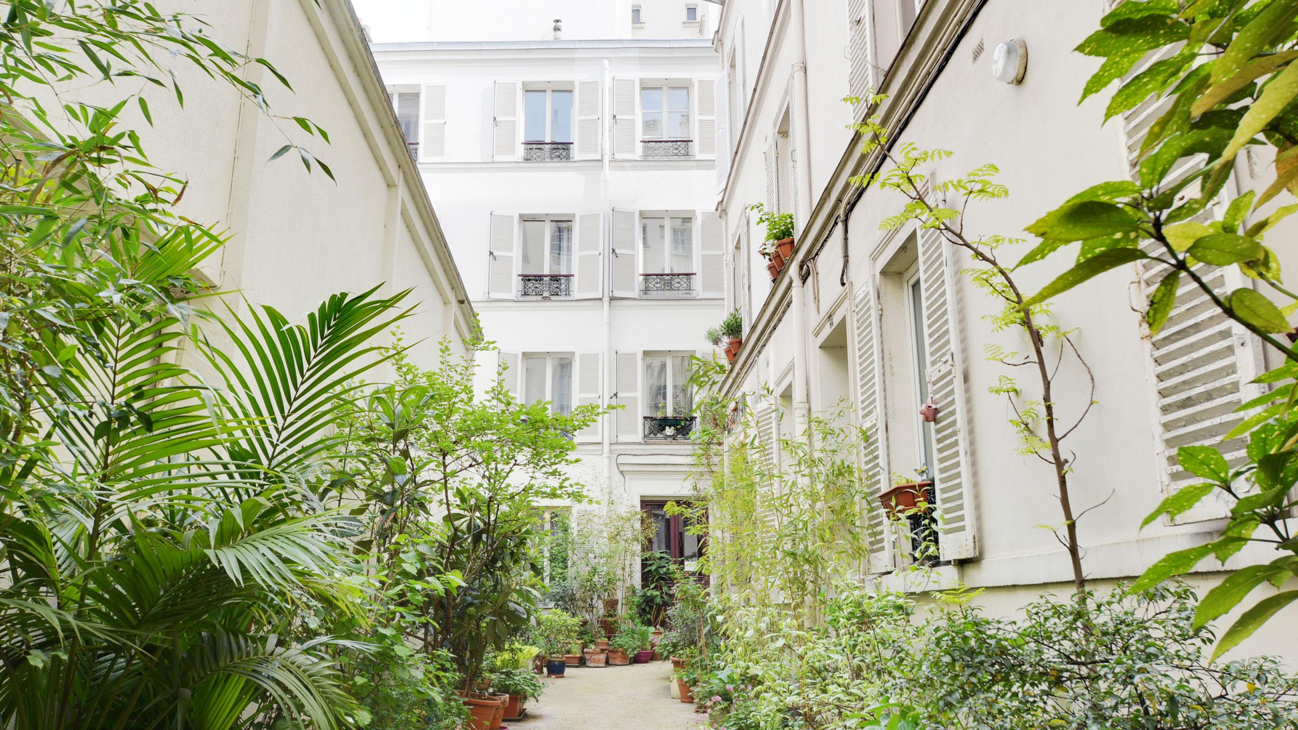 Charmant deux-pièces de 35 m<sup>2</sup> au dernier étage d&rsquo;une cour arborée, Paris 18ème