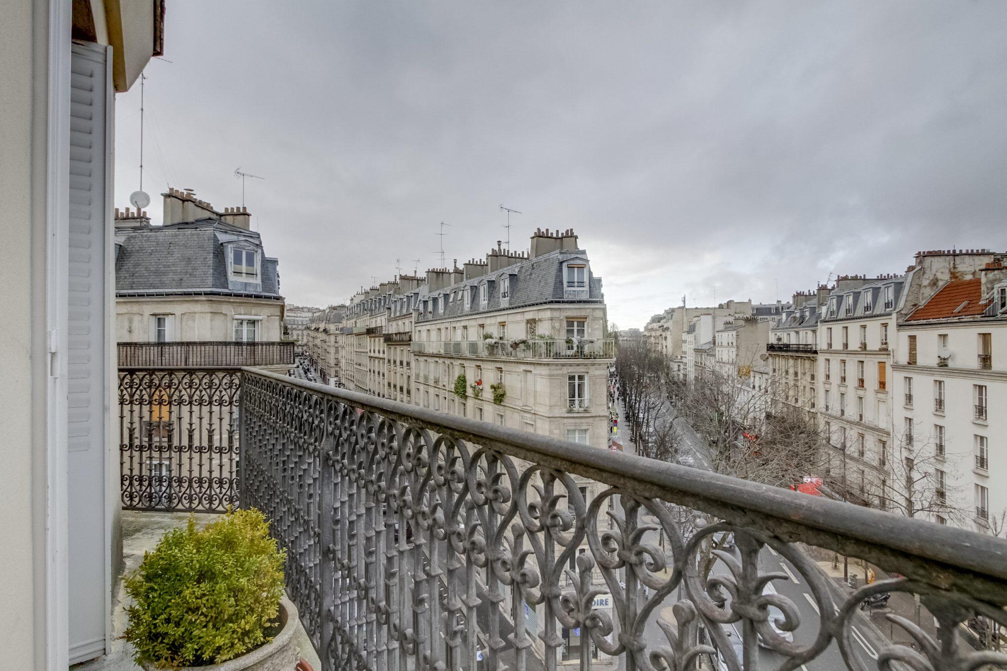 Adorable cocon en dernier étage avec balcon filant &#8211; Paris 18<sup>ème</sup>