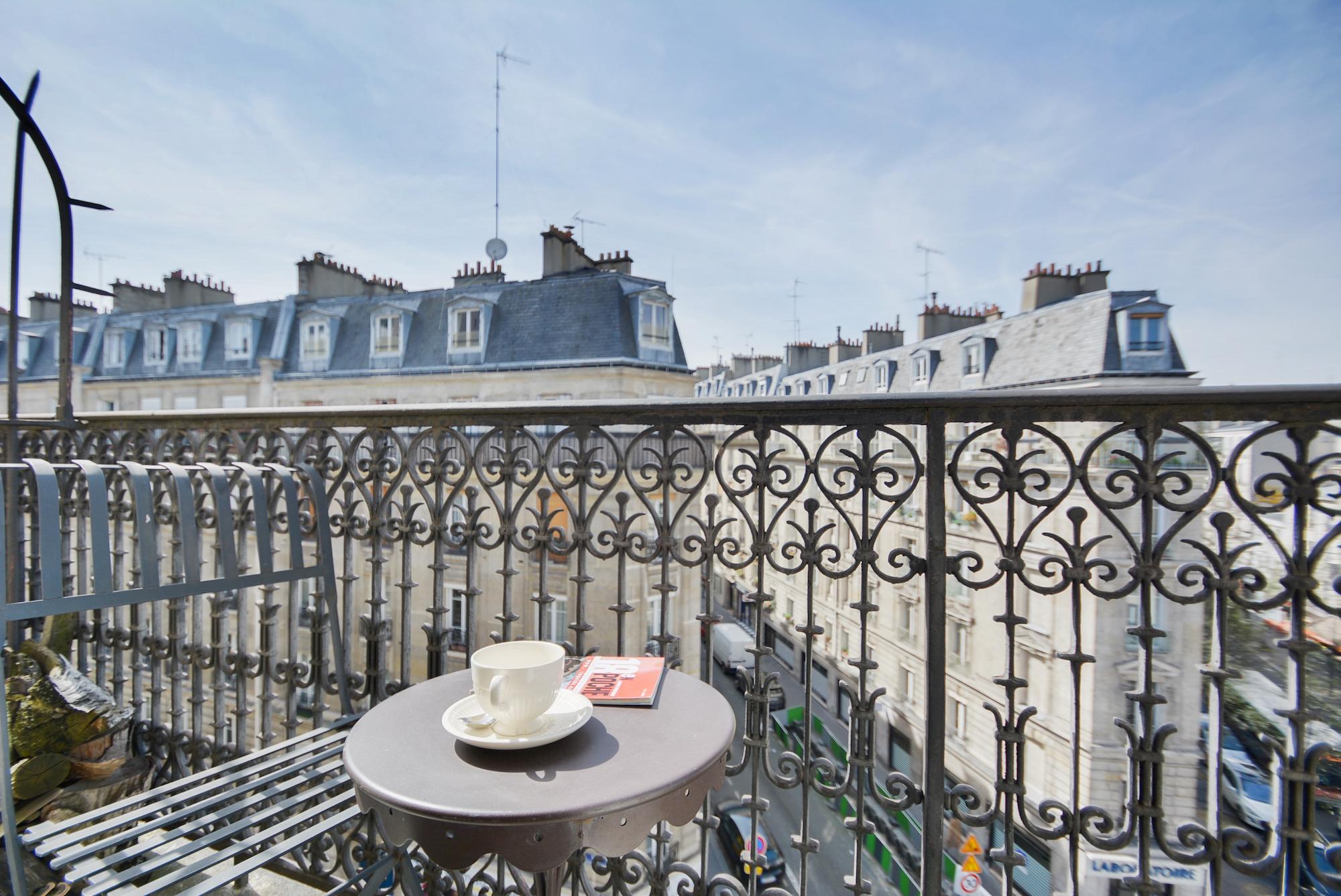 Dernier étage avec balcon filant # prenez un café # Paris 18<sup>ème</sup>