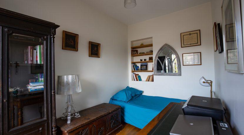 dernier-etage-paris-ruearcole-chambre1.pg